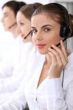 Call center Fuoco sulla bella donna in cuffia avricolare Immagini Stock Libere da Diritti