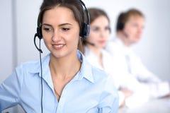 Call center Fuoco sulla bella donna di affari in cuffia avricolare Fotografie Stock
