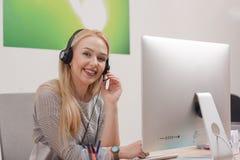 Call-Center-Mittel bei der Arbeit Lizenzfreies Stockbild