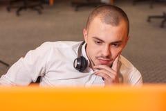 Call-Center-Mittel bei der Arbeit Stockbilder