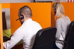 Call-Center-Mittel bei der Arbeit Stockfotografie
