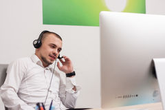 Call-Center-Mittel bei der Arbeit Lizenzfreies Stockfoto
