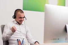 Call-Center-Mittel bei der Arbeit Lizenzfreie Stockfotografie
