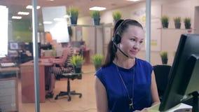 Call-Center-Mittel, das im hellen Büro arbeitet Hilfslinienunterstützung stock footage