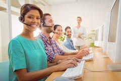 Call-Center-Mittel, das unter einer Managerüberwachung arbeitet Lizenzfreie Stockfotografie