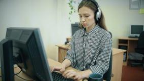 Call-Center-Mittel, die in ihrem hellen Büro arbeiten stock footage