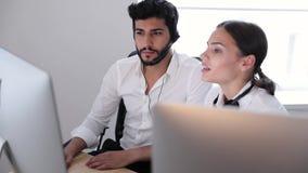Call center Operatori che lavorano nel centro del contatto stock footage