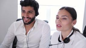 Call center Operatori che lavorano nel centro del contatto video d archivio