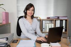 Call center, rappresentante di servizio di assistenza al cliente, collegamento all'ufficio fotografia stock libera da diritti