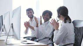 Call-Center-Verkäufe Glücklicher Frauen-Betreiber nach erfolgreichem Abkommen stock video footage