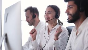 Call-Center-Verkäufe Glücklicher Frauen-Betreiber nach erfolgreichem Abkommen stock video