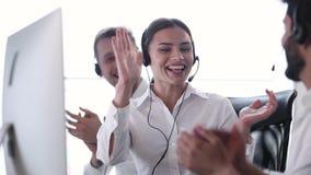 Call-Center-Verkäufe Glücklicher Frauen-Betreiber nach erfolgreichem Abkommen stock footage