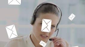 Call centermedel som talar på en hörlurar med mikrofon stock video
