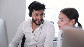 Call centre De exploitanten die in Contact werken centreren stock video