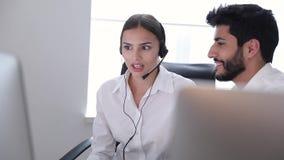 Call centre De exploitanten die in Contact werken centreren stock footage