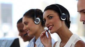 Call centreagenten die in hun bureau werken stock footage