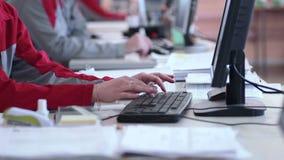 Call centreagenten die in hun bureau werken