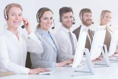 Call centrearbeiders in bureau royalty-vrije stock afbeelding
