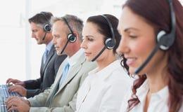 Call centrearbeiders die hoofdtelefoons dragen Royalty-vrije Stock Fotografie