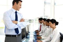 Call centremanager met team stock afbeeldingen