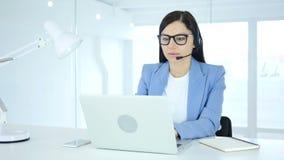 Call centrevrouw die aan laptop in bureau werken stock video
