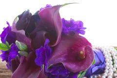 Calla lilly och eustomablommor Fotografering för Bildbyråer