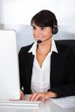 Callcenterwerknemer met hoofdtelefoon Stock Foto's