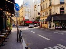 Calle acogedora con el café en París foto de archivo