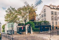 Calle acogedora con el molino viejo en Montmartre cuarto en París, Francia fotos de archivo libres de regalías