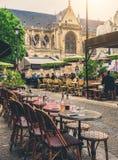 Calle acogedora con las tablas de café en París foto de archivo