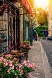 Calle acogedora con las tablas de café y de molino viejo en Montmartre cuarto en París, imagen de archivo libre de regalías
