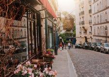 Calle acogedora con las tablas de café y de molino viejo en Montmartre cuarto en Pari fotografía de archivo libre de regalías