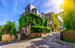 Calle acogedora de Montmartre viejo en París imágenes de archivo libres de regalías