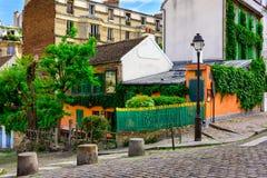 Calle acogedora de Montmartre viejo en París fotos de archivo libres de regalías