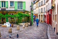 calle acogedora en Montmartre cuarto en París, Francia fotografía de archivo