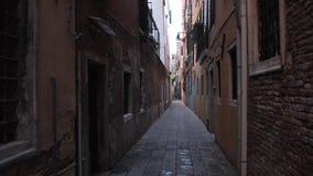 Calle acogedora estrecha vacía en Venecia almacen de metraje de vídeo