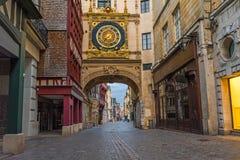 Calle acogedora vieja en Ruán con los grandes relojes de los famos o el Gros Horloge de Ruán, Normandía, Francia fotos de archivo