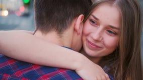 Calle adolescente dulce del abrazo de los pares de la confesi?n del amor almacen de metraje de vídeo