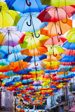 Calle adornada con los paraguas coloreados. Imagen de archivo