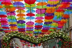 Calle adornada con los paraguas coloreados Fotografía de archivo