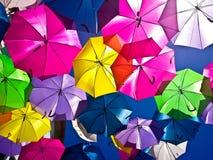 Calle adornada con los paraguas coloreados, Agueda, Portugal Fotografía de archivo libre de regalías