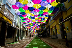 Calle adornada con los paraguas coloreados, Agueda, Portugal imagenes de archivo