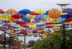 Calle adornada con los paraguas coloreados en Odessa, Ucrania Fotografía de archivo
