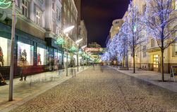 Calle adornada en la ciudad Ostrava que lleva al cuadrado de Masaryk (namesti de Masarykovo) en la noche Fotografía de archivo libre de regalías