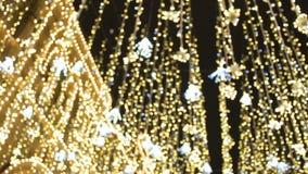 Calle adornada para la celebración de la Navidad y del Año Nuevo Opinión inferior sobre bombillas decorativas, imitación de la ll almacen de video
