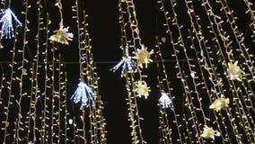 Calle adornada para la celebración de la Navidad y del Año Nuevo Opinión inferior sobre la guirnalda ligera brillante decorativa almacen de metraje de vídeo