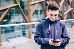 Calle al aire libre hermosa de la ciudad del teléfono celular del hombre, el hablar azul casual de la camisa del estudiante atrac Foto de archivo