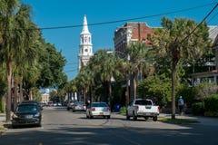 Calle amplia con la iglesia de San Miguel en Charleston, SC Fotografía de archivo libre de regalías