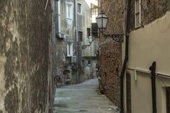 Calle antigua con las lámparas de gas en la vieja parte de Zagreb Imagenes de archivo