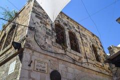 Calle antigua de la ciudad vieja de Jerusalén vía delorosa fotos de archivo
